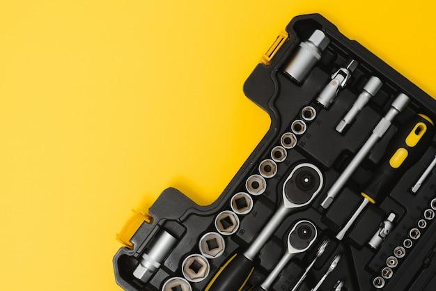 Коробка с набором инструментов для ремонта автомобилей, крупным планом