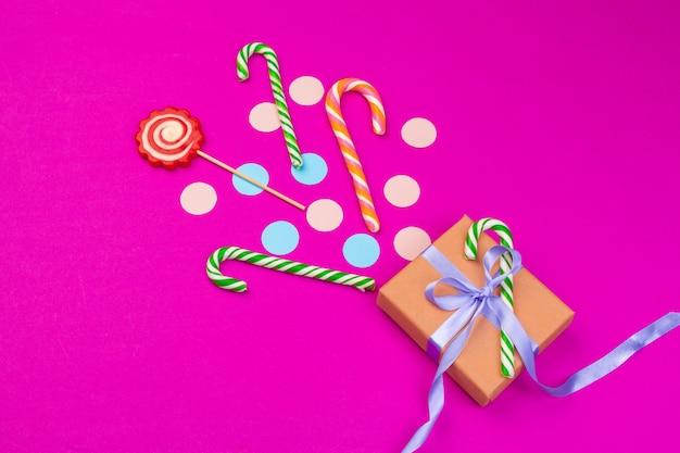 리본, 친구들 및 기타 축제 액세서리의 튀긴 색종이 상자