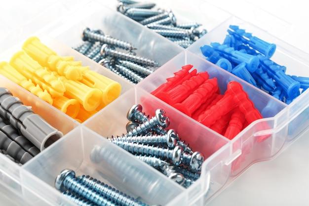 スチール製ネジとプラスチック製ダボ付きボックス