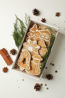 Коробка с вкусным рождественским печеньем