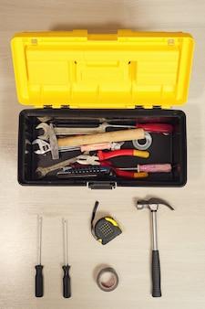 白い背景の上のツールとボックス