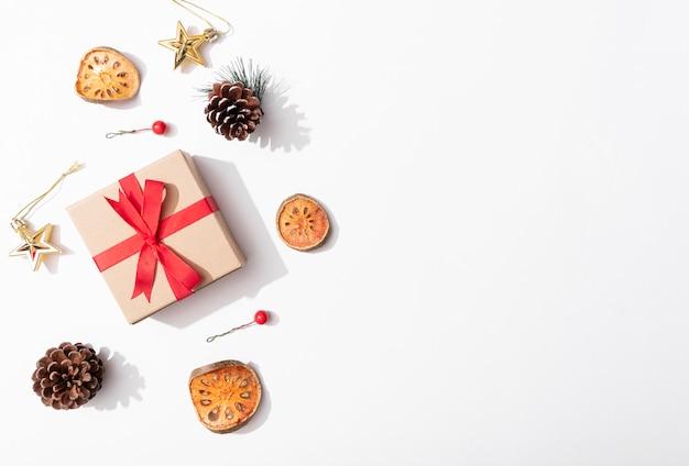 Предпосылка состава рождества с украшениями и boxe подарка на белой предпосылке. зима, новогодняя концепция. плоская планировка, вид сверху, копия пространства.