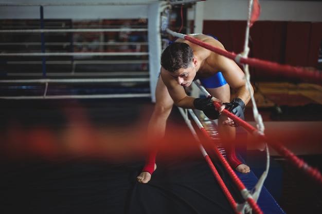 ボクシングリングに入るボクサー
