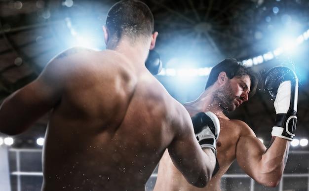 Боксер борется со своим противником