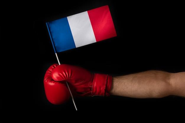 ボクサーはフランスの旗を保持します