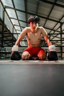 권투 장갑 권투 선수 패배 권투 선수는 권투 링의 바닥에 앉아