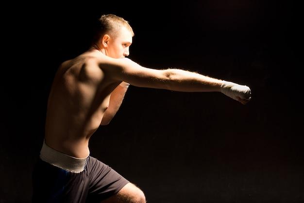 권투 경기 중 잽 펀치를 만드는 권투 선수