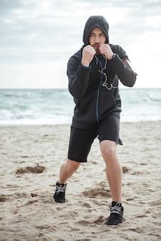 후드 전체 길이 초상화에 해변에서 권투 선수