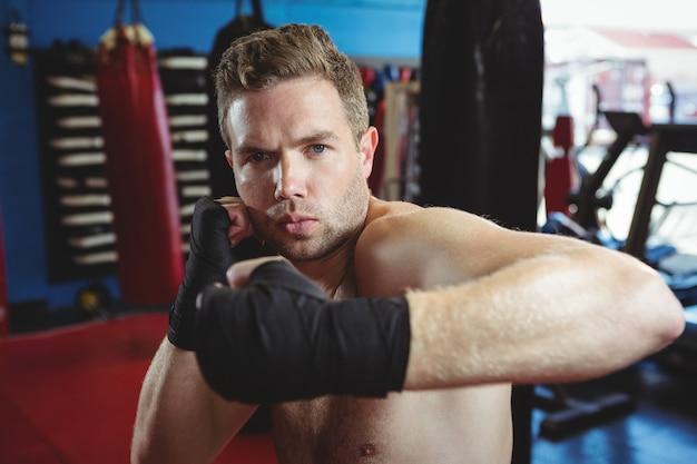 ボクシングスタンスを実行するボクサー