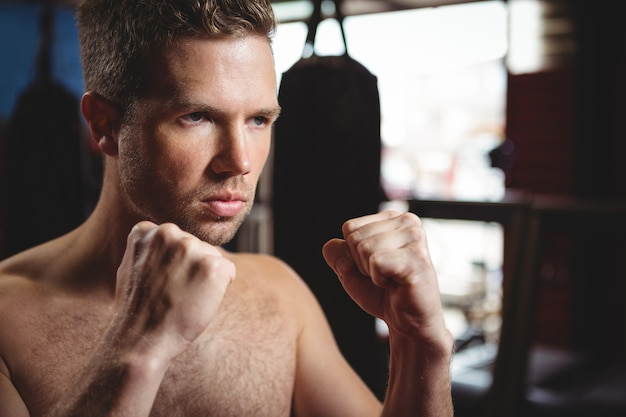 Боксер выполняет боксерскую стойку