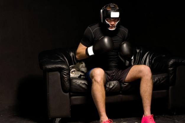 권투 선수는 싸움을 준비하는 소파에 앉아