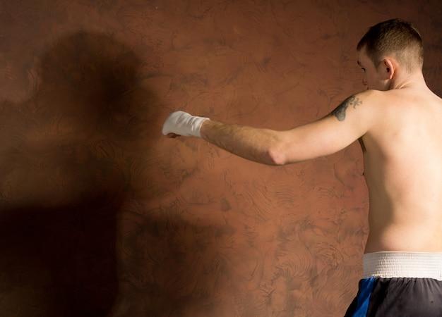 그의 상대에 대 한 준비가 서 권투 선수