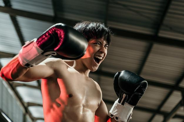 권투 선수는 권투 링에 힘을 보여주는 copyspace, 평균과 땀으로 화가 쳐다보고