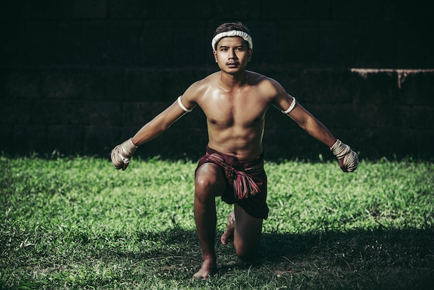 A boxer tied a rope in his hand and performed a fight, the martial arts of muay thai.