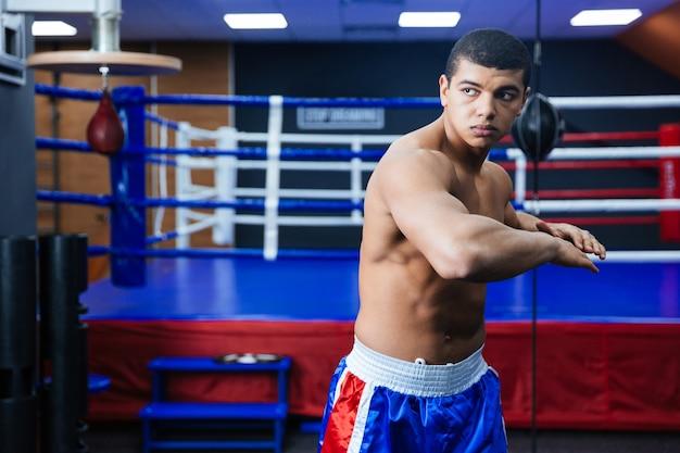 ボクシングのリングの近くでウォーミングアップするボクサー