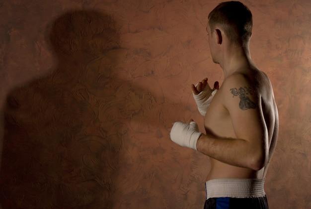 체육관에서 운동하는 문신과 권투 선수