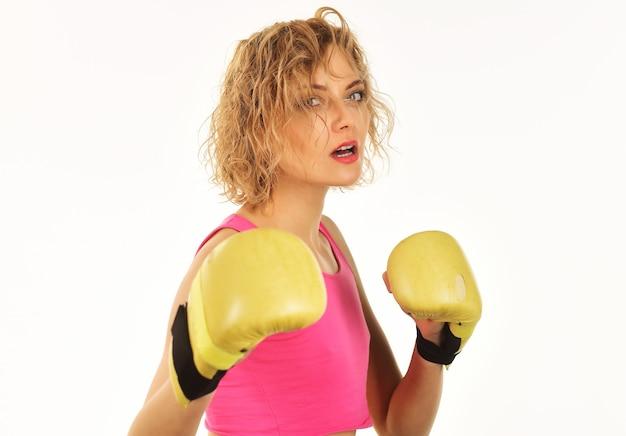 권투 글러브와 운동복에 권투 여자입니다. 피트 니스, 스포츠 라이프 스타일 및 건강 개념입니다.