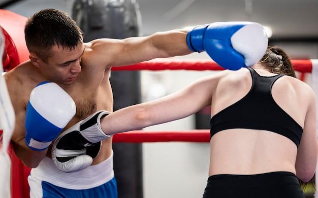 リングで互いに直面しているボクサー