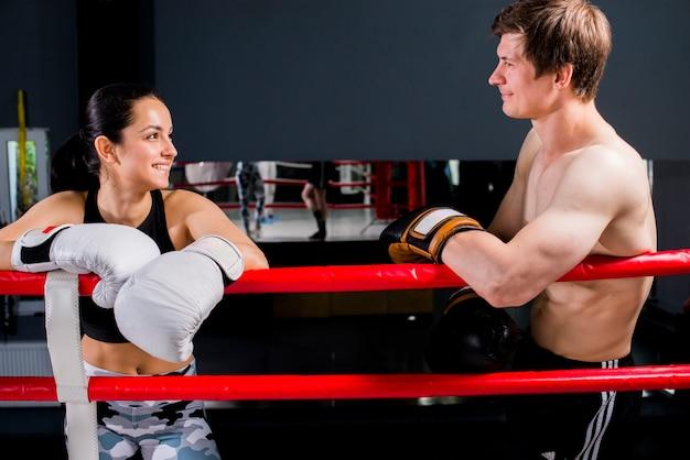 권투 선수는 체육관에서 포즈