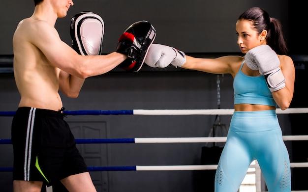 Боксеры позируют в спортзале