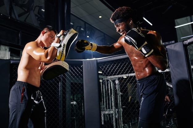 リング上のボクサーのトレーニング