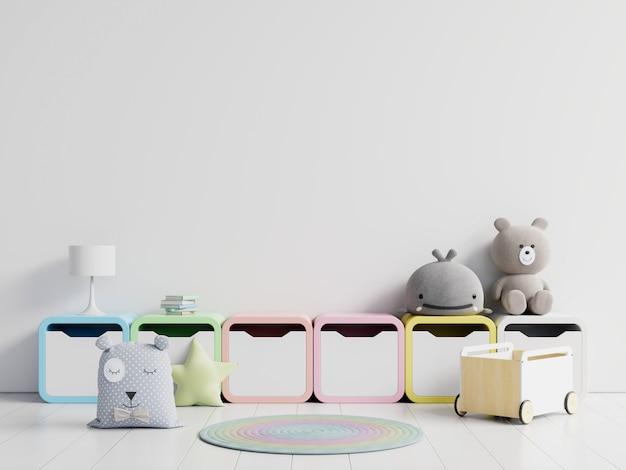 Коробки и игрушки на белой стене