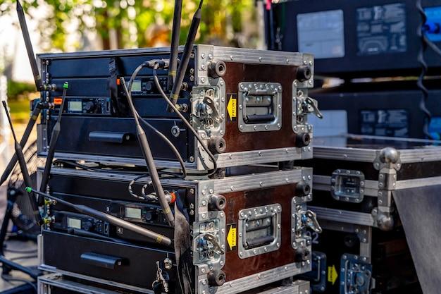 機器用ボックス。コンサートの準備。コンサート用のポータブル機器。閉じる。