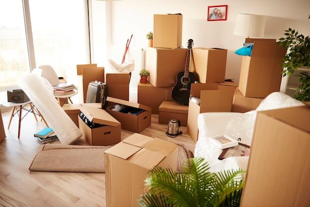 새 집의 나무 바닥에 쌓인 상자