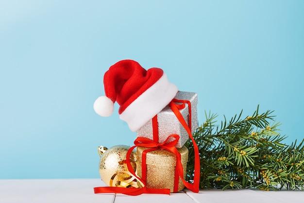 サンタの帽子をかぶったクリスマスプレゼントの箱