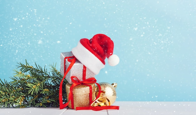 Коробки с рождественские подарки с шляпу санта на вершине.