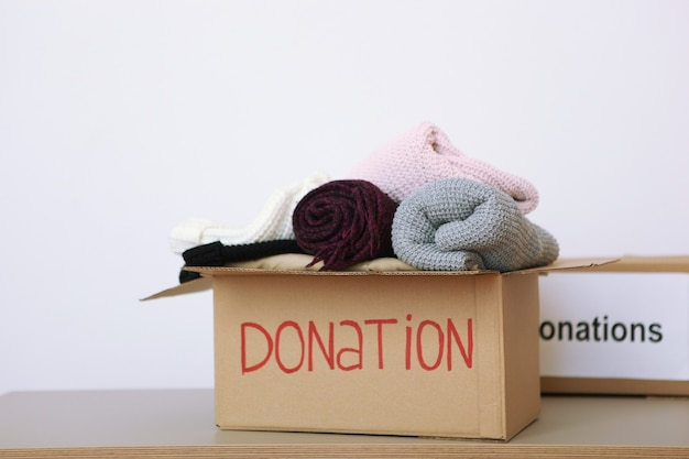 Ящики с пожертвованиями с необходимыми вещами на столе