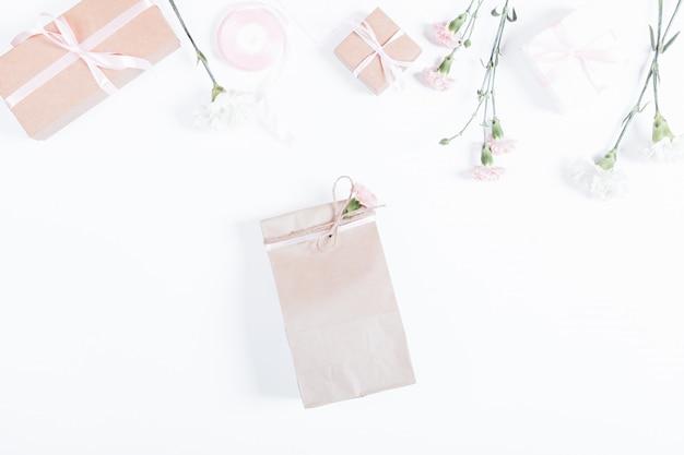 선물, 리본, 종이 봉지 및 흰색 테이블에 꽃 상자, 평면도