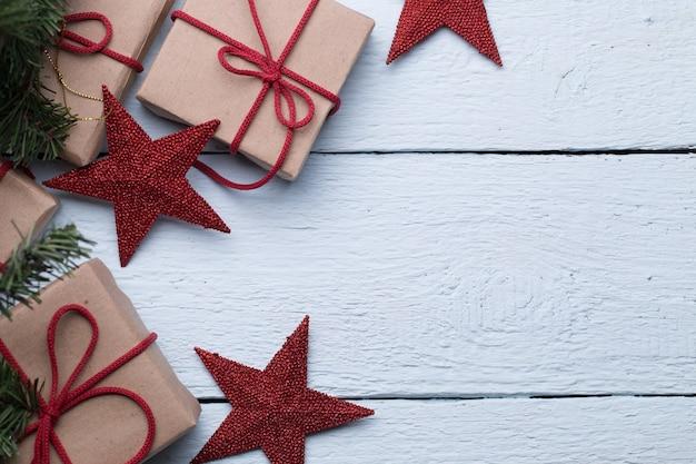 Коробки с подарками, красные звезды на чистом белом фоне