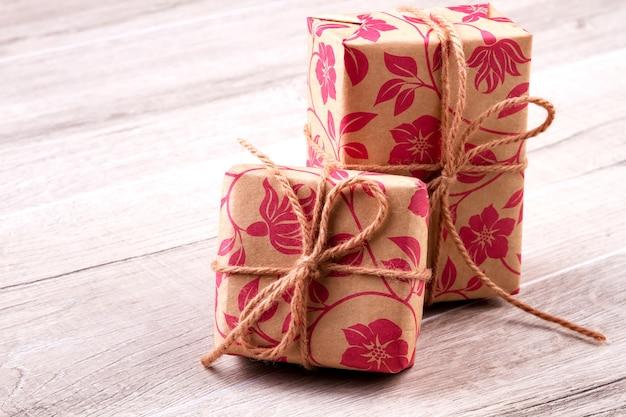 ギフト用紙で包まれた箱。プレゼントとロープからの弓。ギフト用の素敵なパッケージ。プレゼントの装飾のための素晴らしいアイデア。