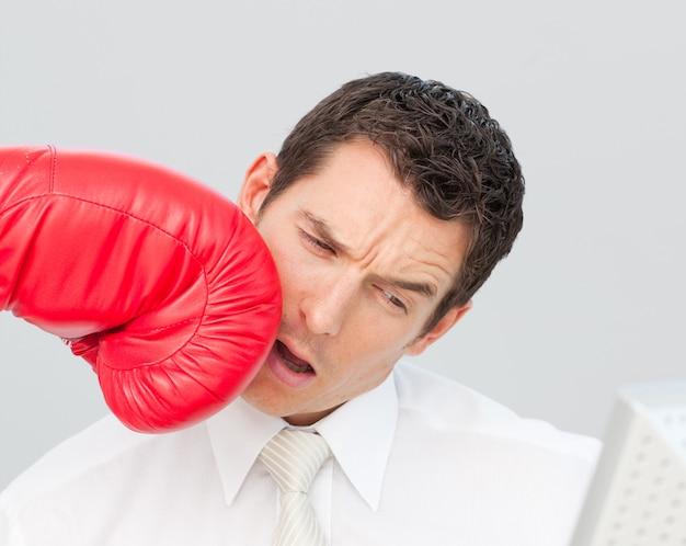 彼の顔のビジネスマンをボクシング