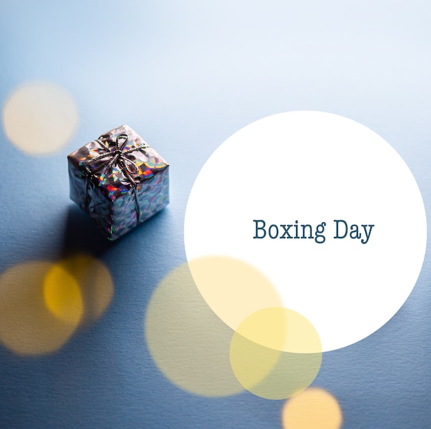 Boxing day happy boxing day коробка в упаковке на голубом фоне с фирменной надписью boxing