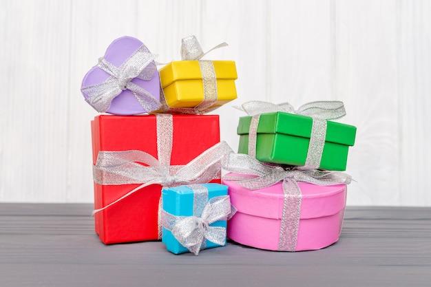 Подарочные коробки перевязаны ленточкой с надписью boxing day на белой деревянной поверхности