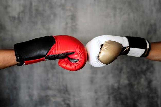 Удар кулаком боксерской перчатки изолирован на стене