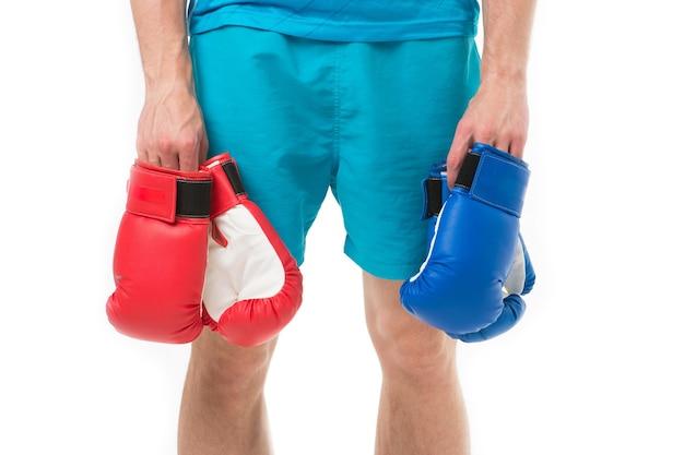 男ボクサーボクシンググローブの手にボクシンググローブ赤と青のボクシンググローブでファッションをスポーツ