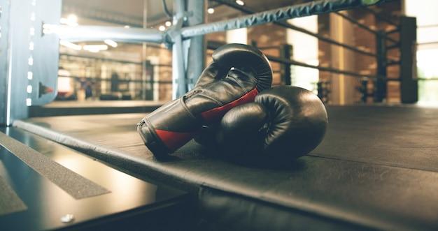Боксерские перчатки в ринге