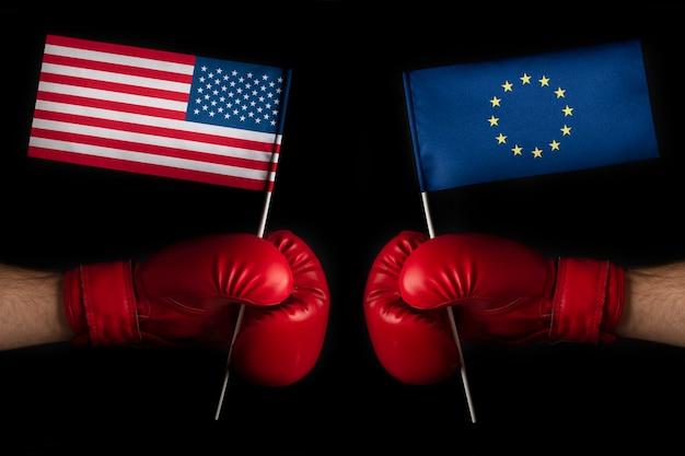 欧州連合と米国の旗が付いているボクシンググローブ