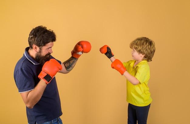 コーチボクシングリングパンチングノックアウト子供時代の活動とボクシンググローブトレーニングでボクシングの子供