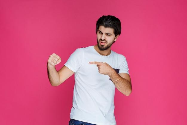 Uomo di boxe che mostra i suoi pugni e sottolinea la sua forza.