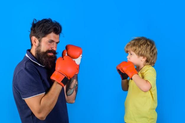 コーチボクシングリングパンチングノックアウト子供時代とボクシンググローブトレーニングでボクシングトレーニング子供