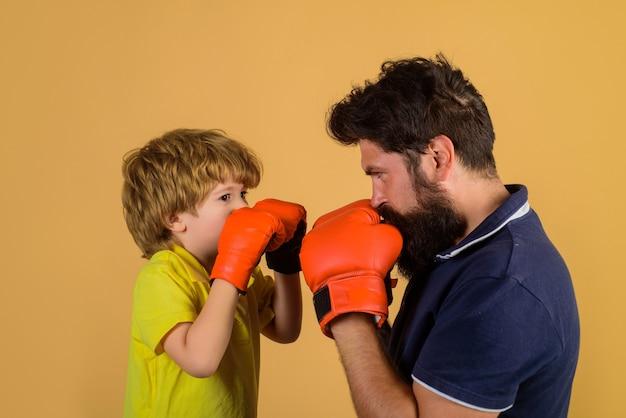 彼のコーチボクシングリングパンチングノックアウト子供時代とボクシンググローブトレーニングでボクシングトレーニング子供