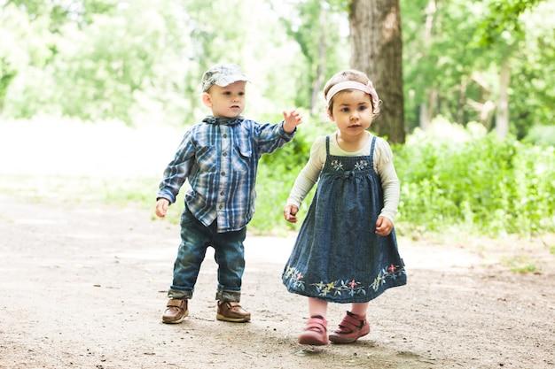 男の子と女の子が公園で遊んでいます