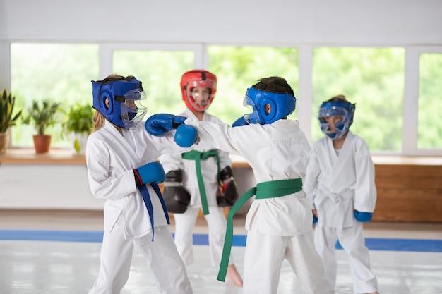 무술을 연습하면서 서로를 공격하는 소년과 소녀