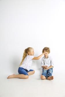 男の子と女の子、親友、または楽しんでいる兄と妹