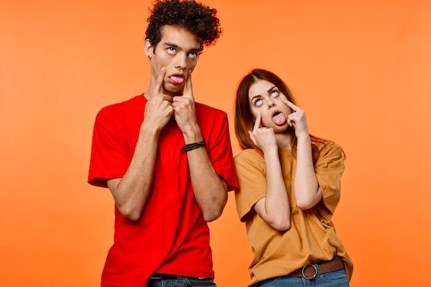 男の子と女の子のカラフルなtシャツしかめっ面コミュニケーション Premium写真
