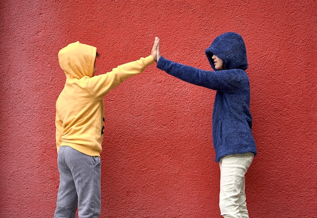 手を差し伸べる少年と少女